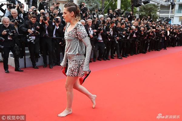 Vốn là người cá tính nên cô nàng chẳng ngại những màn phá luật ở Cannes. Hồi năm 2016, Kristen cũng từng đi giày bệt lên thảm đỏ, bất chấp quy định ở liên hoan phim này là khách mời nữ phải đi giày cao gót.