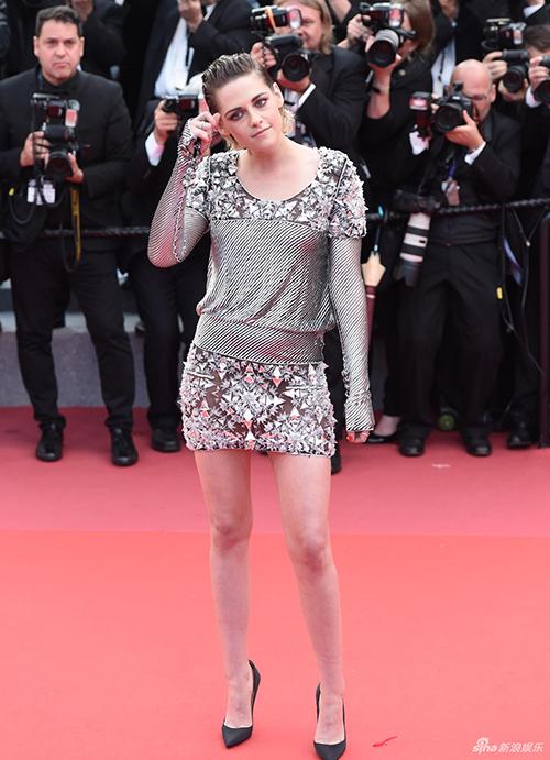 Thảm đỏ Cannes ngày thứ bảy có sự xuất hiện của Kristen Stewart. Ban đầu, cô đến dự sự kiện với ngoại hình khá chỉn chu. Nữ diễn viên diện váy kim sa lấp lánh, kết hợp cùng giày cao gót đen thanh lịch.