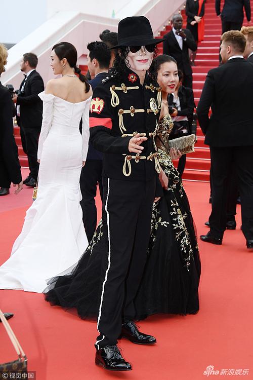 Một khách mời nam gây náo loạn thảm đỏ khi tái hiện hình ảnh của ông hoàng nhạc Pop Michael Jackson. Từ gương mặt cho đến trang phục đều được nhân vật này chuẩn bị rất công phu.
