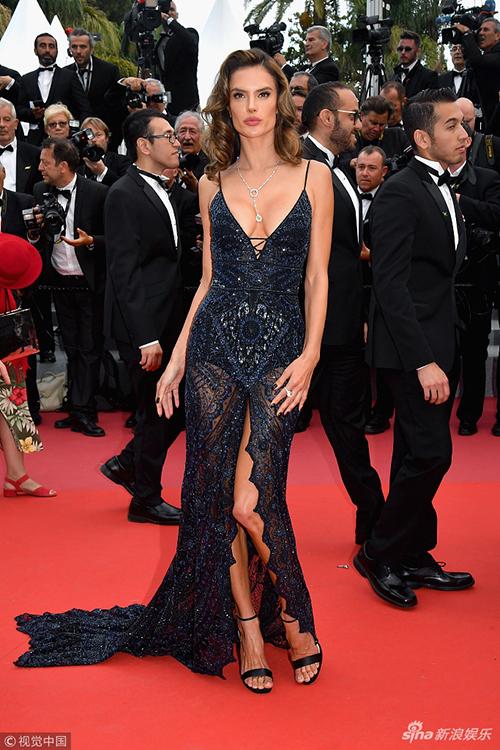 LHP Cannes luôn có sự tham gia của rất nhiều chân dài đình đám với trang phục gợi cảm. Trong hình là mỹ nữ Alessandra Ambrossio.