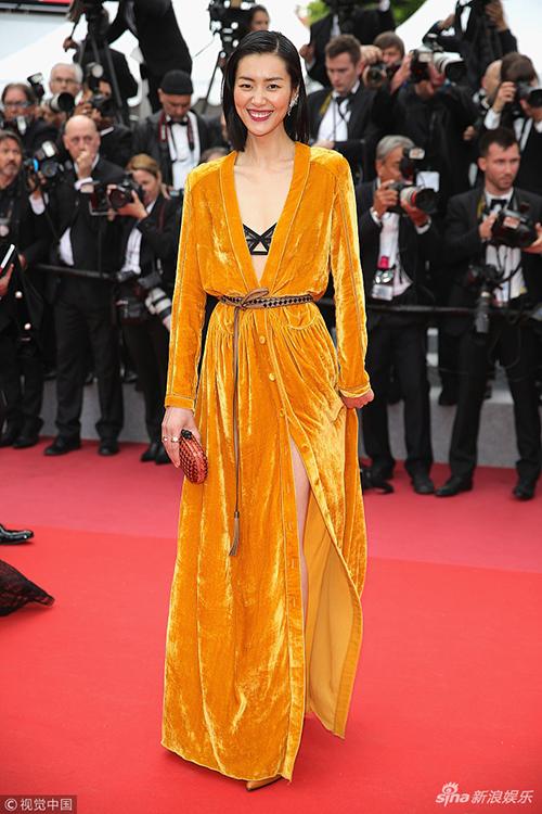 Liu Wen diện chiếc váy nhung vàng mù tạt kiểu dáng gây liên tưởng đến áo choàng tắm, đặc biệt là khi cô kết hợp cùng nội y nửa kín nửa hở.