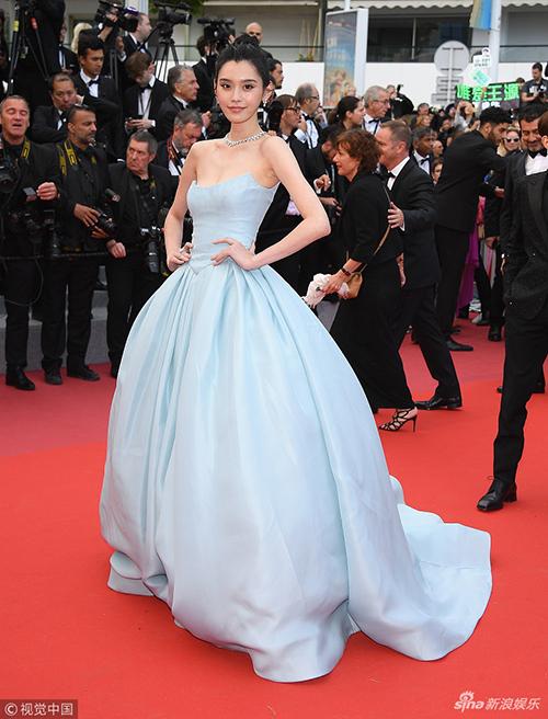 Siêu mẫu Ming Xi mang hình ảnh của một nàng Cinderella xinh đẹp, nhẹ nhàng lên thảm đỏ.