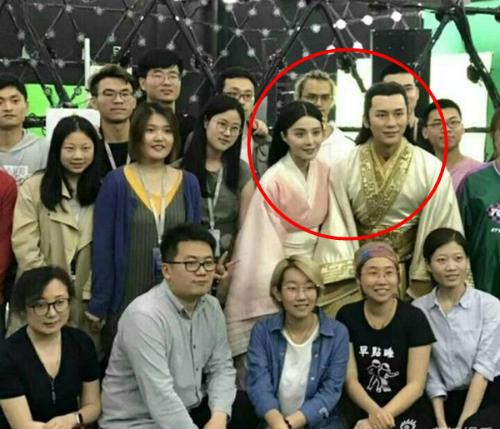 Lý Thần - Phạm Băng Băng bên nhân viên đoàn phim.