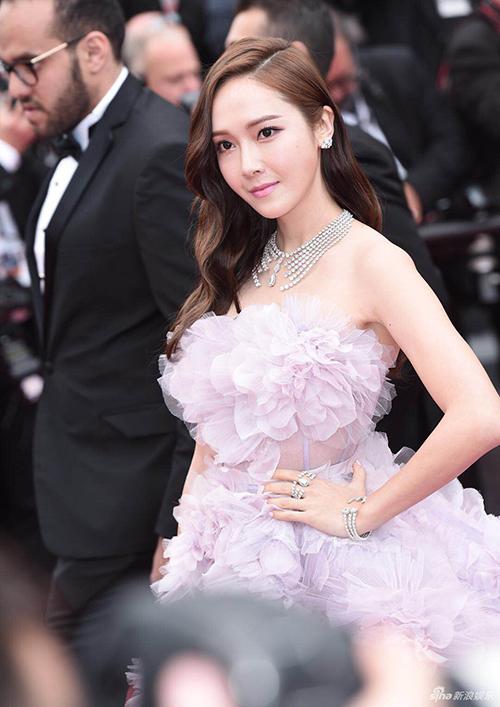 Người đẹp chọn đeo bộ trang sức cũng cầu kỳ không kém để kết hợp cùng.