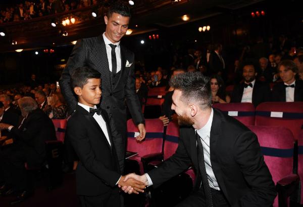 Cristiano-Ronaldo-Jr-shakes-ha-8169-9282-1526538011.jpg