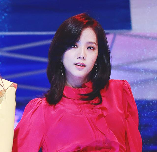 Ji Soo thường xuất hiện với hình ảnh sang chảnh trên sân khấu. Style tóc tỉa đuổi, màu nhuộm đen là tạo hình giúp visual của Black Pink thêm phần xuất sắc.