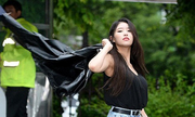 Nữ idol quyết tạo dáng 'lố' bất chấp trời mưa gió