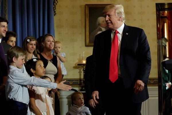 Ông Trump dường như không tập trung khi tiếp xúc với trẻ em.