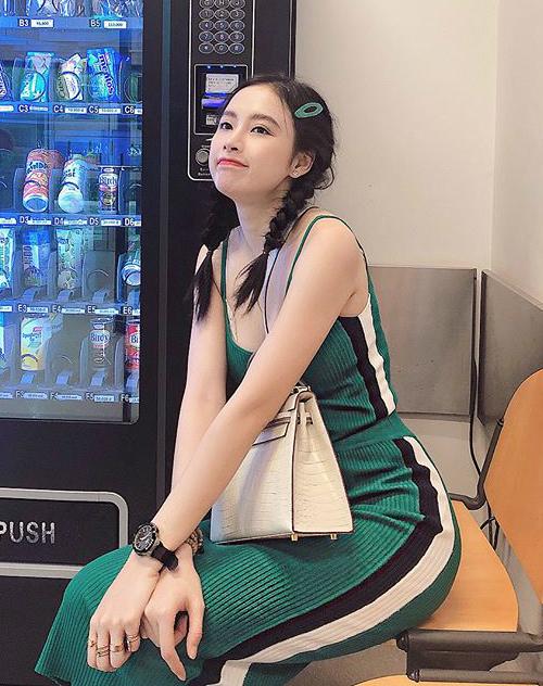 Angela Phương Trinh là sao lăng xê mốt kẹp tóc nhựa rất tích cực. Những bộ cánh trẻ trung của cô nàng càng thêm nhí nhảnh nhờ được điểm tô bằng món phụ kiện xinh xinh.
