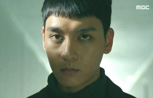 Kẻ sát nhân Choi Tae Ho với ánh mắt sắc lạnh, rợn người.