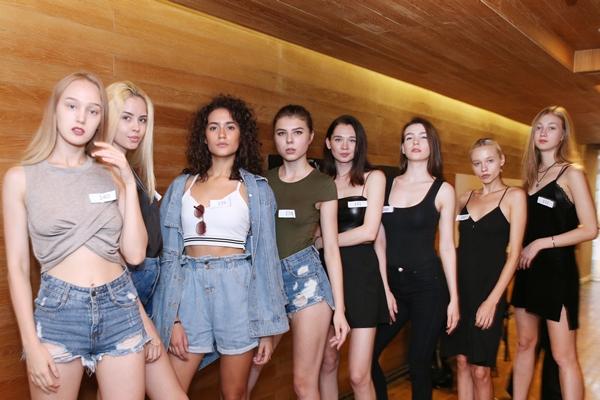 Các model đã có mặt tại điểm casting rất sớm để chuẩn bị.