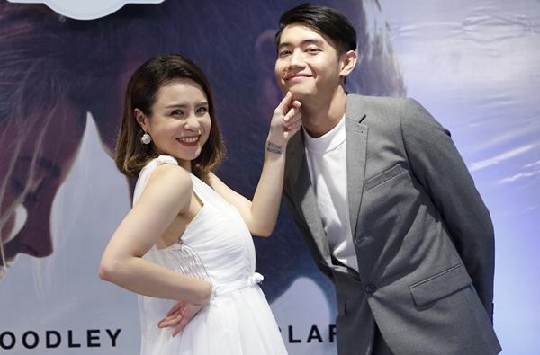 Quang Đăng bạo dạn hôn Thái Trinh trước đông người - 1
