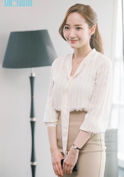 Sau một thời gian khá im hơi lặng tiếng với mảng phim truyền hình, Park Min Young đang có màn tái xuất hoành tráng nhờ vai diễn thư ký Kim trong bộ phim cùng tên. Vẻ ngoài xinh đẹp sau nhiều năm tham gia showbiz giúp người đẹp một lần nữa đốn tim khán giả. Cô cũng được mệnh danh là nữ hoàng dao kéo vì các đường nét trông rất tự nhiên.