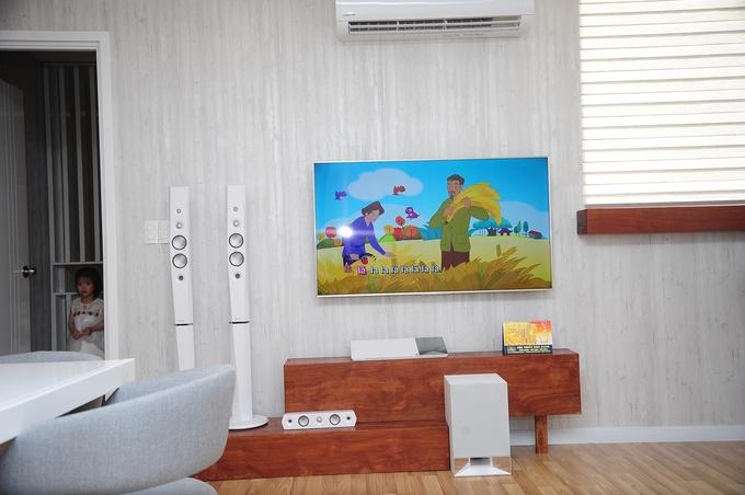 <p> Không gian phòng khách ấm cúng, thiết kế nhỏ gọn nhưng độc đáo với dàn âm thanh hiện đại. Nơi đây anh dùng để đón tiếp bạn bè, thưởng thức những giai điệu âm nhạc hay nhất.</p>