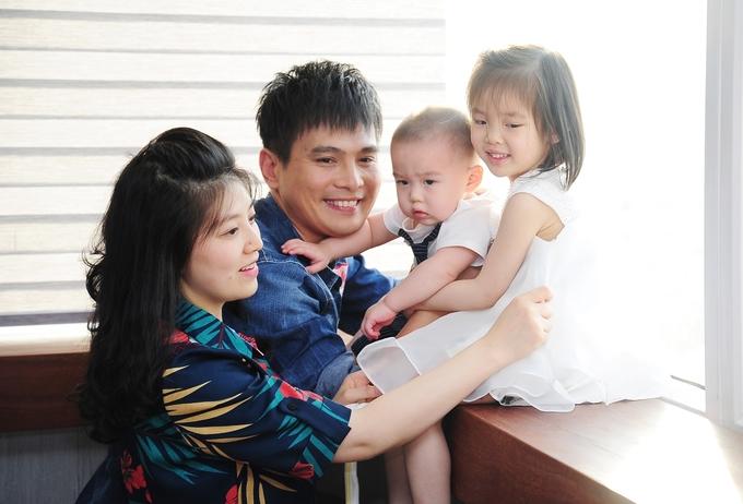 <p> Căn nhà luôn đầy ắp tiếng cười của hai vợ chồng Lâm Hùng và 3 thiên thần xinh xắn: Lâm Ngọc Khánh 9 tuổi, Lâm Ngọc Hân 4 tuổi và bé trai Lâm Phong 1 tuổi rưỡi.</p>