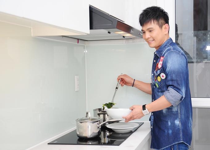 <p> Chuyện bếp núc không hề gây khó dễ với nam ca sĩ. Lâm Hùng có sở thích tự tay xuống bếp nấu ăn khi có thời gian rảnh nên không cầu kỳ trong việc trang trí, chỉ cần đầy đủ tiện nghi.</p>
