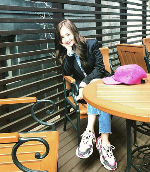 Tuy nhiên ở đời thường nữ diễn viên lại có style rất trẻ trung, năng động chẳng khác gì những cô gái mới đôi mươi. Park Min Young thích diện áo phông, quần jeans và cả giày thể thao khỏe khoắn.