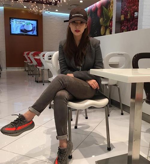 Combo trang phục gọn gàng cùng mũ lưỡi trai được Park Min Young áp dụng thường xuyên khi ra phố.
