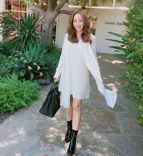Người đẹp 32 tuổi cũng rất chuộng các kiểu váy suông nhẹ nhàng với tông màu trắng tinh khôi, tôn lên vẻ đẹp trong veo.