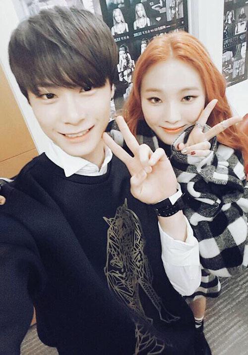 Su Ah chụp ảnh cùng anh trai là thành viên nhóm Astro. Anh chàng thường xuyên có mặt để ủng hộ em gái trong các chương trình.