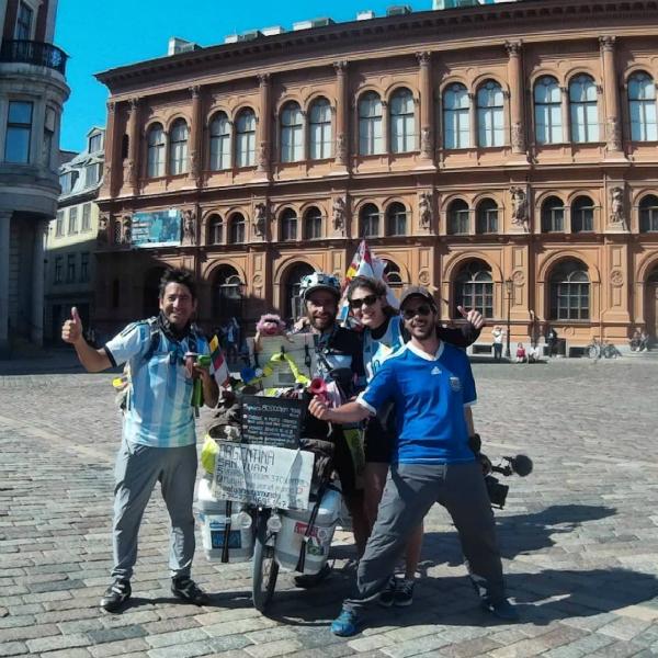 CĐV nữ đi nhờ 6000km đến Nga cổ vũ ĐT Argentina thi World Cup - page 2 - 2