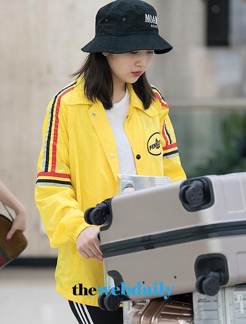 Tông màu vàng chói được giới thời trang đặc biệt ưa thích trong năm 2018. Mũ bucket vẫn luôn là item hữu dụng, giúp Joy che vẻ mệt mỏi khi không trang điểm.