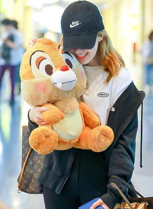 Wendy trung thành với những bộ đồ thể thao khỏe khoắn, dễ di chuyển khi ra sân bay.