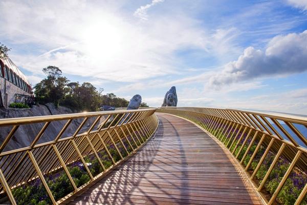 Cầu Vàng vượt xa cầu treo Langkawi Sky (Malaysia) - một trong những cây cầu được bình chọn có thiết kế độc đáo và ấn tượng nhất thế giới về độ dài và chiều cao. Langkawi Sky là một trong số ít những cây cầu trên thế giới được xây dựng lơ lửng trên không trung tọa lạc trên đỉnh núi Gunung Mat Chinchang, ở Pulau Langkawi - một hòn đảo thuộc quần đảo Langkawi, bang Kedah, Malaysia, và tạo cảm giác thót tim cho du khách khi tản bộ trên độ cao hơn 700m so với mặt nước biển và chiều dài 125m.