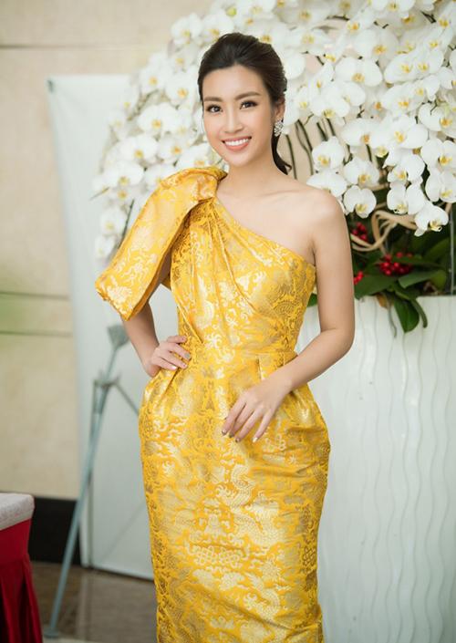 Kiểu váy được Mỹ Linh ưa chuộng nhất trong suốt 2 năm qua là dáng lệch vai một mất một còn. Hầu hết ở các buổi tiệc, sự kiện, Hoa hậu Việt Nam 2016 đều chọn dáng váy này nhằm tôn lên vẻ đẹp yêu kiều mà vẫn đầy thanh lịch.