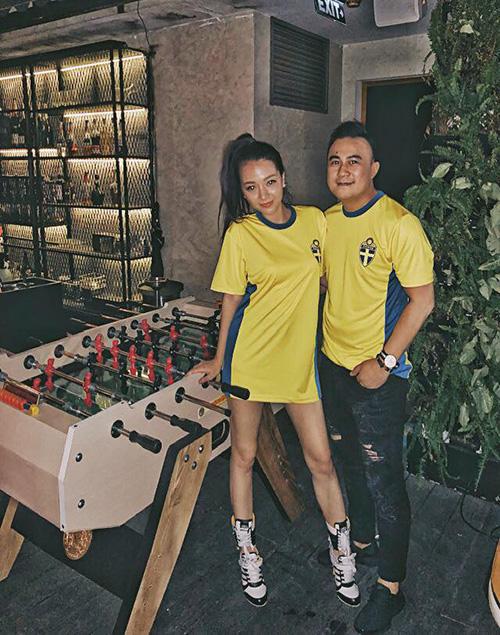 Băng Di cùng bạn trai rủ nhau diện áo bóng đá hưởng ứng mùa World Cup.