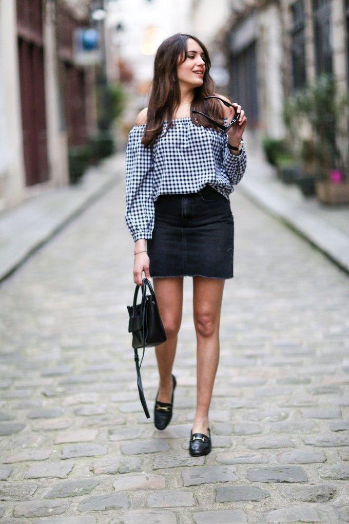 <p> Chân váy denim kết hợp cùng áo họa tiết khăn trải bàn (gingham) cũng là một combo dễ ứng dụng, đi làm hay đi chơi đều phù hợp.</p>