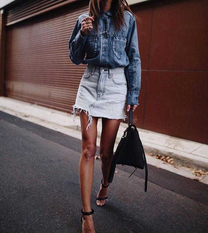 """<p> Đừng bỏ lỡ trend """"denim-on-denim"""" trong mùa hè này nhé. Bạn có thể kết hợp những tông màu denim khác nhau, ví dụ như một set skirt trắng + áo denim xanh đậm như trong ảnh.</p>"""