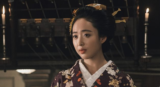 <p> Trong các concept nhân vật được hé lộ, thời trang của nhân vật Sato Hina của Kim Min Jung tạo nhiều ấn tượng nhất cho khán giả. Có thể thấy ekip hậu trường đã rất kỳ công chuẩn bị cho nhân vật này một loạt những bộ đầm đúng phong cách phương Tây đầu thế kỷ 20 bên cạnh hanbok truyền thống.</p>