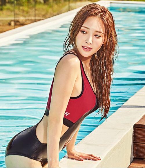 Nữ ca sĩ cũng thường xuyên được mời làm người mẫu trong các bộ ảnh thời trang. Nhiều người cho rằng so về nhan sắc, Yura thậm chí còn lấn át nhiều thí sinh của cuộc thi năm nay.