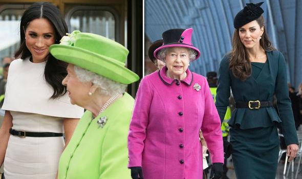 Sự khác biệt trong cách thể hiện của hai người khi ở bên Nữ hoàng.