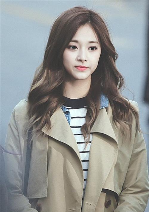 Cùng với kiểu tóc xoăn sóng nhẹ, idol Hàn cũng chuộng nhuộm các gam nâu Tây hoặc tóc ombre đuôi màu nổi bật.