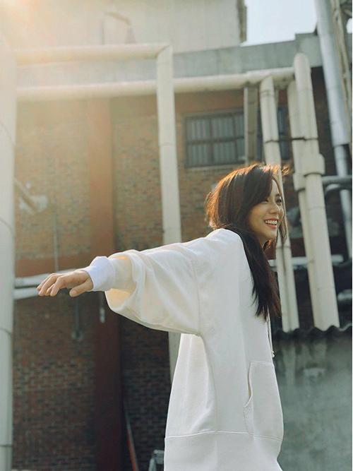 Ji Soo lại khoe nét đẹp tinh khôi với với áo phông trắng, mái tóc không tạo kiểu.