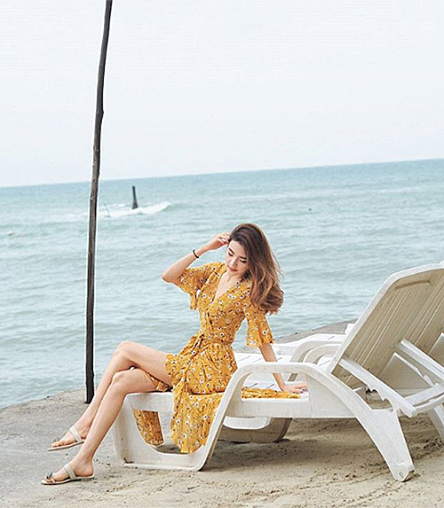 Váy thường có màu sắc rất rực rỡ nên giúp bạn trở nên nổi bật ở bất cứ đâu dù chẳng cần mix-match cầu kỳ. Kiểu váy này đặc biệt được ưa chuộng khi ra biển.