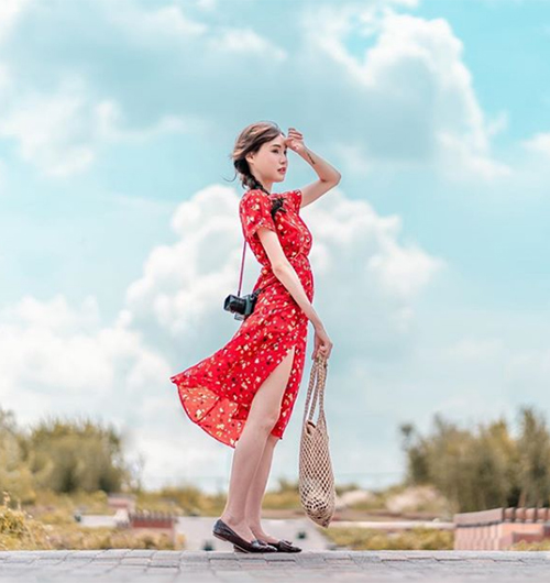 Cũng như nhiều cô gái từ Âu sang Á, con gái Thái mùa hè năm nay đặc biệt ưa chuộng những chiếc váy voan hoa nhí bay bổng, vừa mát mẻ lại chụp cực ăn hình.
