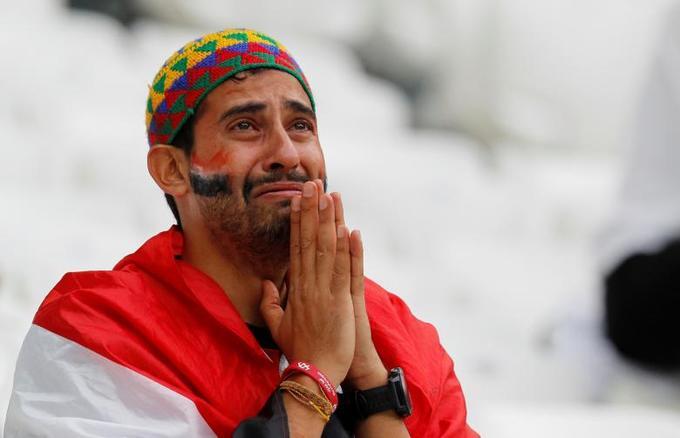 """<p> Một fan của đội Ai Cập khóc sau trận đấu với Saudi Arabia.Năm nay, người Ai Cập cuối cùng cũng được hưởng niềm vui tham dự vòng chung kết World Cup sau 28 năm chờ đợi. Người hâm mộ xứ sở Kim tự tháp đã đặt niềm hy vọng vào """"Vua Ai Cập"""" Mohamed Salah, nhưng may mắn đã không đến với đội tuyển quê hương họ.</p>"""