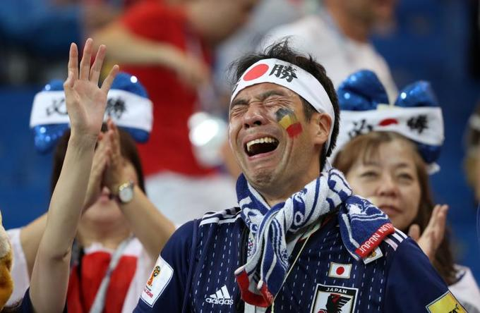 <p> Ngay khi tiếng còi mãn cuộc màn chạm trán giữa Nhật và Bỉ vang lên, hàng triệu CĐV xứ phù tang đã bật khóc nức nở. Hình ảnh người đàn ông này òa khóc sau thất bại của Nhật chạm đến cảm xúc của khán giả trên khắp thế giới. Họ khóc vì thất bại nhưng cũng khóc vì sự tự hào dành cho các tuyển thủ Samurai Xanh. CĐV Nhật còn chiếm được tình cảm của nhiều người khi đều đặn sau mỗi trận đấu đều nán lại nhặt rác trên khán đài.</p>