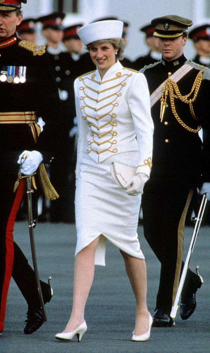 <p> Trang phục lấy cảm hứng từ quân đội của Công nương Diana trong ngày bà thăm Học viện Quân sự Hoàng gia Sandhurst ngày 10/4/1987.</p>