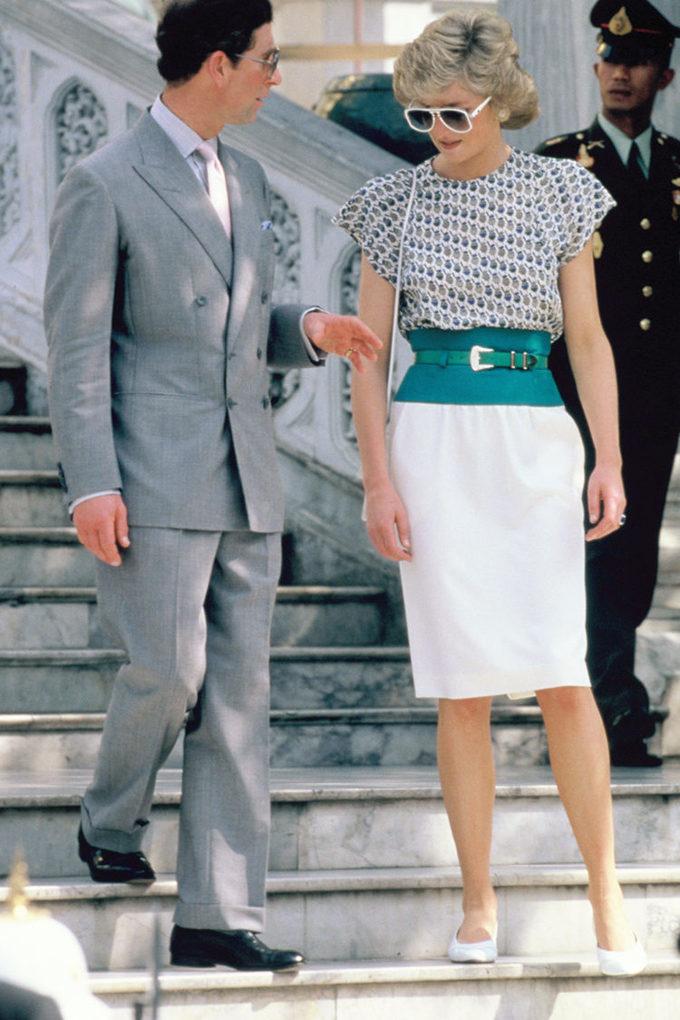 <p> Tại chuyến thăm Bangkok, Thái Lan ngày 5/2/1988, Công nương Diana xuất hiện với bộ cánh thời thượng với điểm nhấn là chiếc kính râm oversizes sành điệu và thắt lưng màu xanh cổ vịt sang trọng đúng chất hoàng gia.</p>