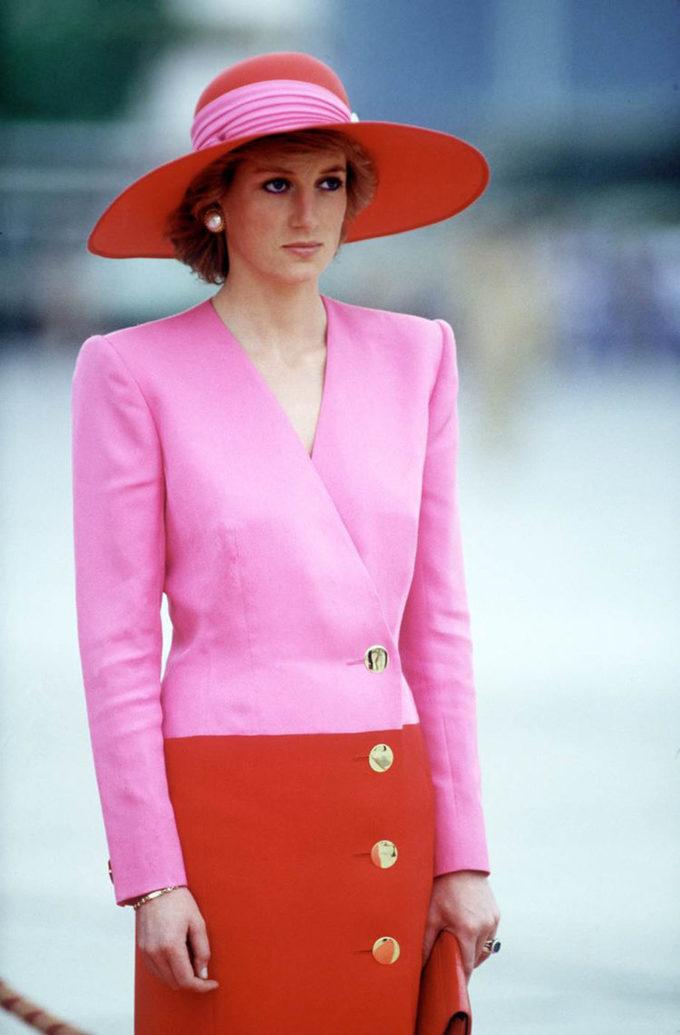 """<p> Tiếp tục là một thiết kế của Catherine Walker với phần vai độn đúng kiểu """"power dressing"""" những năm thập niên 80 được Công nương mặc trong viếng thăm chính thức các nước vùng Vịnh vào tháng 3/1989.</p>"""