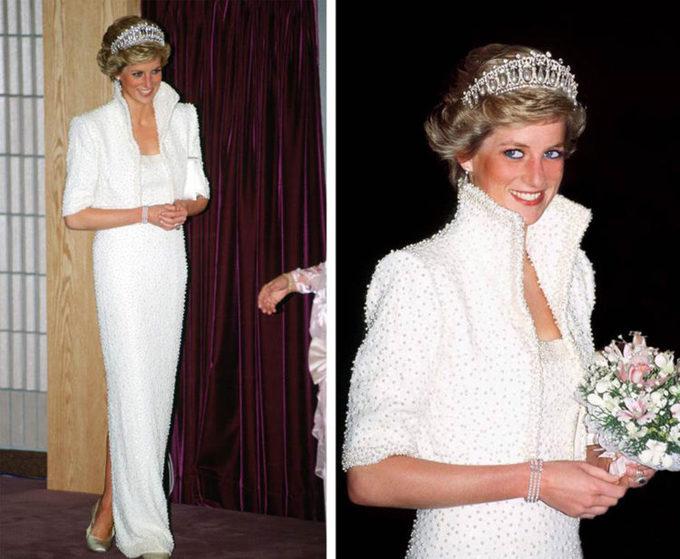 <p> Bộ đầm dài cúp ngực màu trắng đính ngọc trai lấp lánh kèm vương miện của Nữ hoàng Mary cũng là một hình ảnh khó quên của Công nương khi bà đến Hong Kong tháng 11/1989.</p>