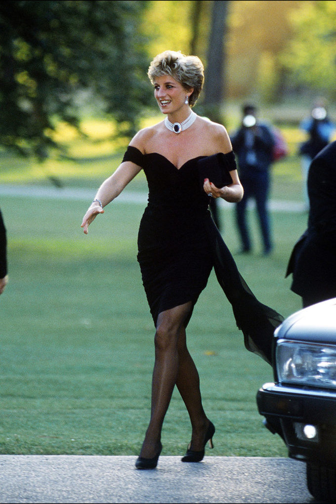 """<p> Công chúng ngày nay vẫn còn nhớ đến chiếc minidress gợi cảm bậc nhất trong tủ đồ của Công nương Diana. Ngày bà diện bộ cánh đẹp tuyệt vời này cũng chính là ngày báo giới phát hiện Thái tử Charles đang ngoại tình với người phụ nữ khác: 29/11/1994. Chính bởi vậy, chiếc đầm hiệu Christina Stambolian này còn được truyền thông Anh đặt tên là """"Diana's revenge dress"""".</p>"""