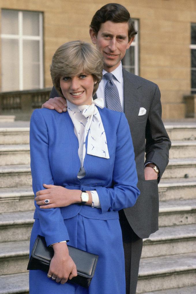 <p> Ngay từ những ngày đầu ra mắt công chúng với tư cách hôn thê của Thái tử Charles, Diana đã gây ấn tượng bởi gout thời trang thanh lịch của mình. Trong ảnh là khoảnh khắc hai người công bố lễ đính hôn tại Cung điện Buckingham ngày 24/2/1981.</p>