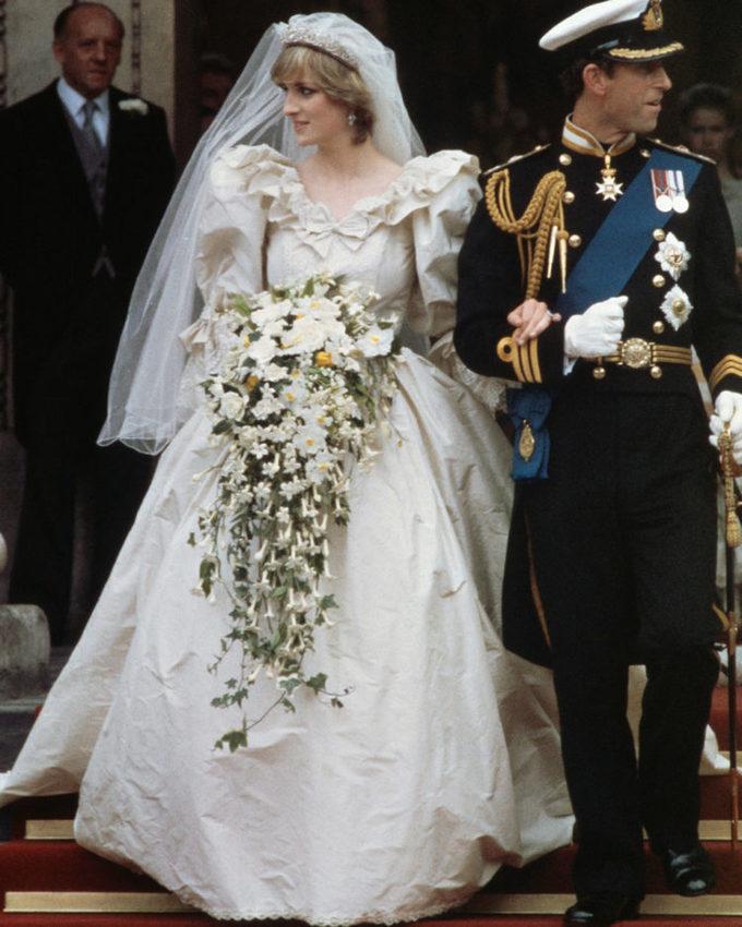 <p> Trong tâm trí nhiều người dân nước Anh, hình ảnh đám cưới hoàng gia diễn ra ngày 29/7/1981 này vẫn còn lưu lại rất rõ nét. Công nương Diana diện bộ váy cưới bồng bềnh với lớp voan trắng dài tuyệt đẹp được thiết kế bởi David và Elizabeth Emanuel.</p>