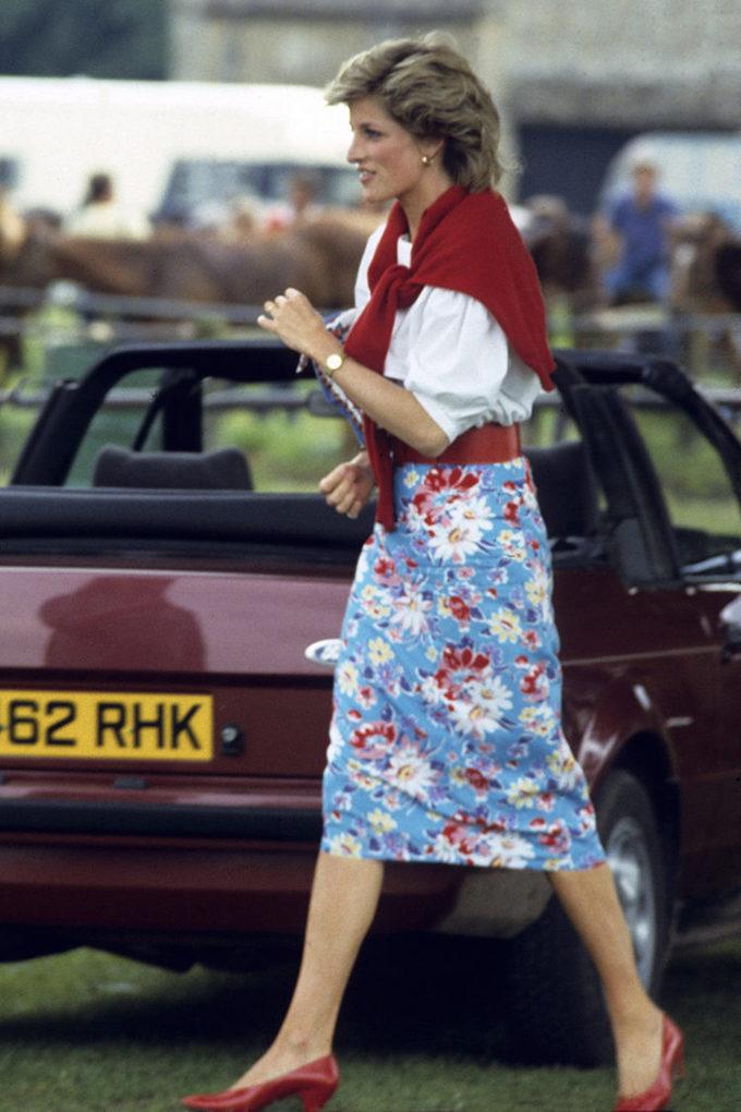 <p> Đến theo dõi một trận đấu polo ở Cirencester ngày 30/6/1985, Công nương Diana chứng tỏ gu thẩm mỹ thời thượng khi mặc váy bút chì họa tiết hoa mix cùng áo trắng tay bồng với điểm nhấn là áo len choàng vai, thắt lưng bản to và giày cao gót màu đỏ.</p>