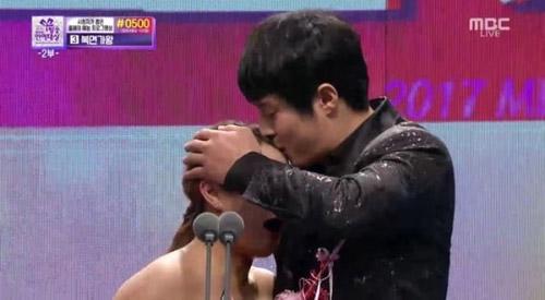 5 cặp sao Hàn đi show thực tế mà tình tứ như đóng drama - 4